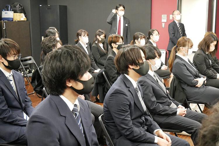 合同企業説明会で説明を受ける学生