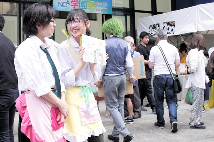 学園祭を楽しむ学生たち