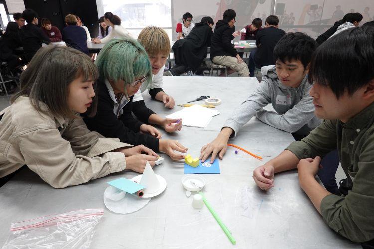 研修先で作品を制作する学生たち