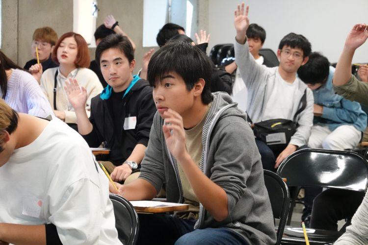 挙手をする学生
