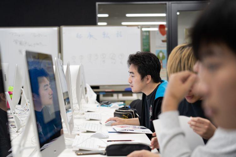 真剣にパソコンに向かう学生