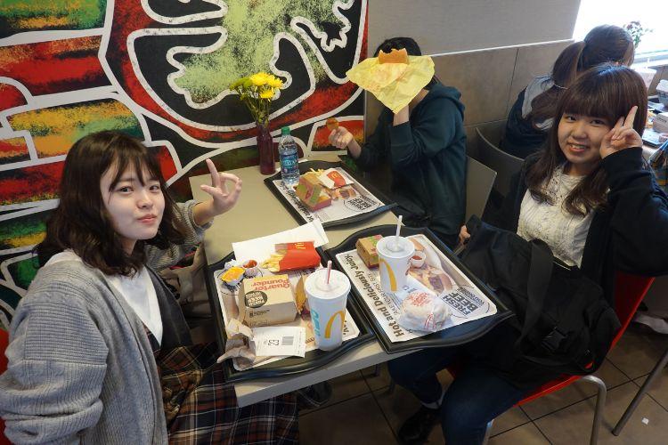 ご飯を食べる学生