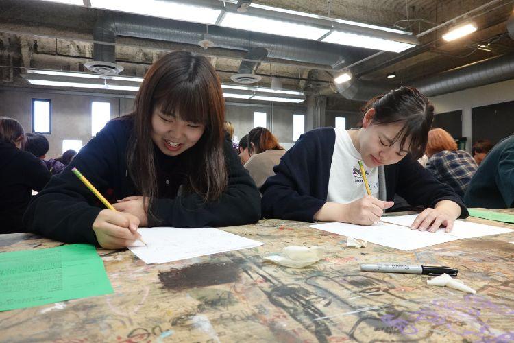 研修を受ける学生