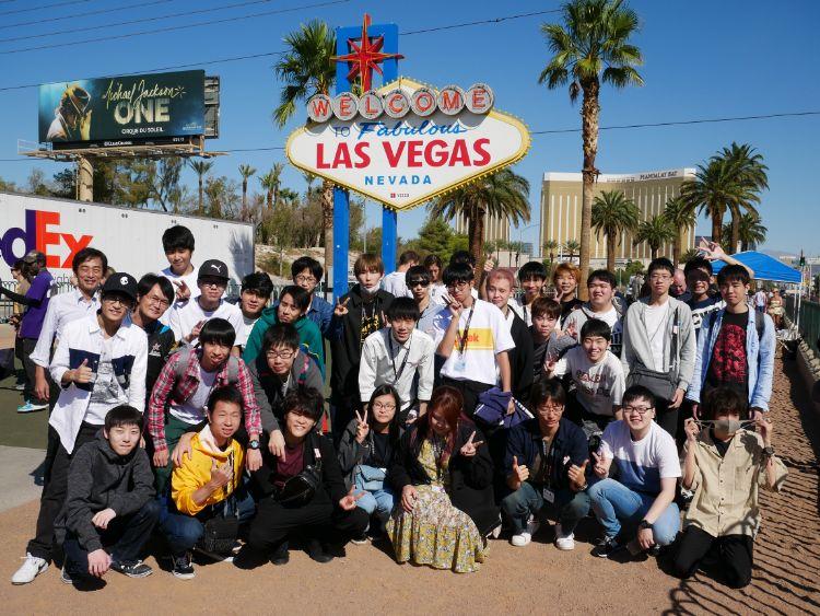 海外研修で記念撮影をする学生たち