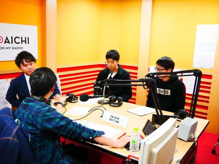 ラジオに出演する学生たち