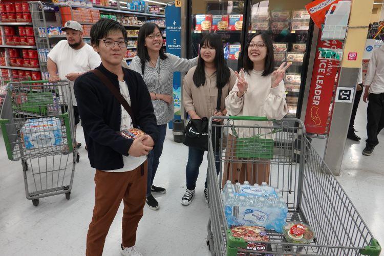 海外研修で買い物をする学生たち