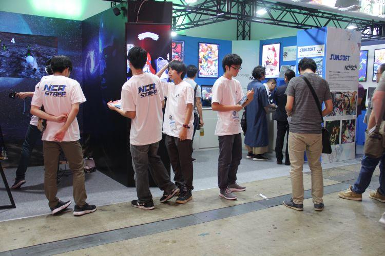 イベントに出展する学生たち