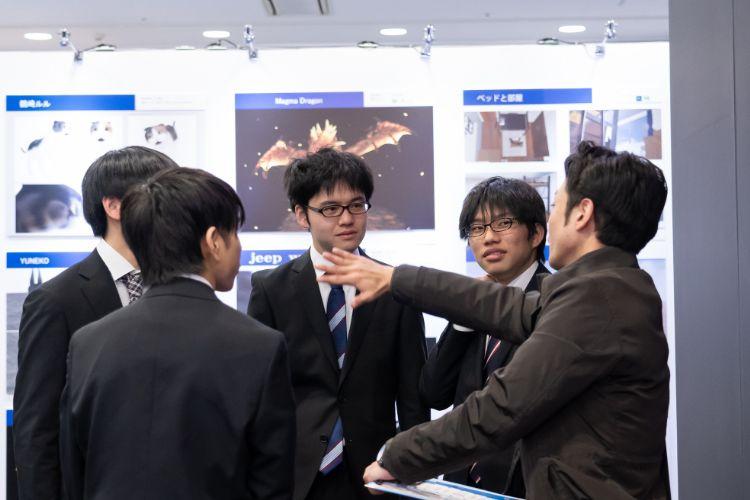 展示について話し合う学生たち