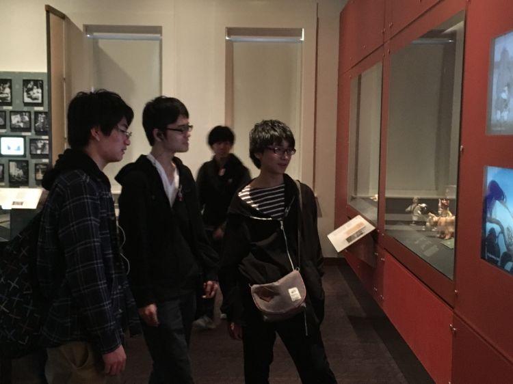 展示会に参加する学生