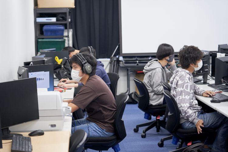 作品制作に取り組む学生たち