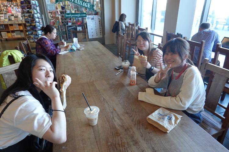 海外研修でカフェ時間を楽しむ学生たち