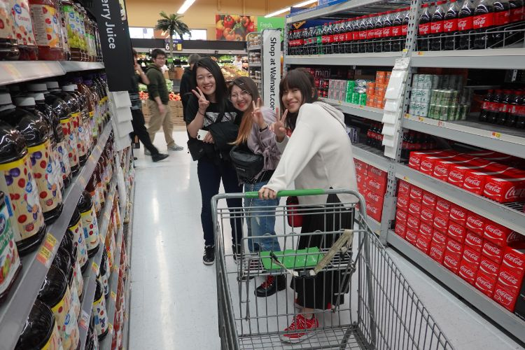 海外研修で楽しそうに買い物を行う学生たち
