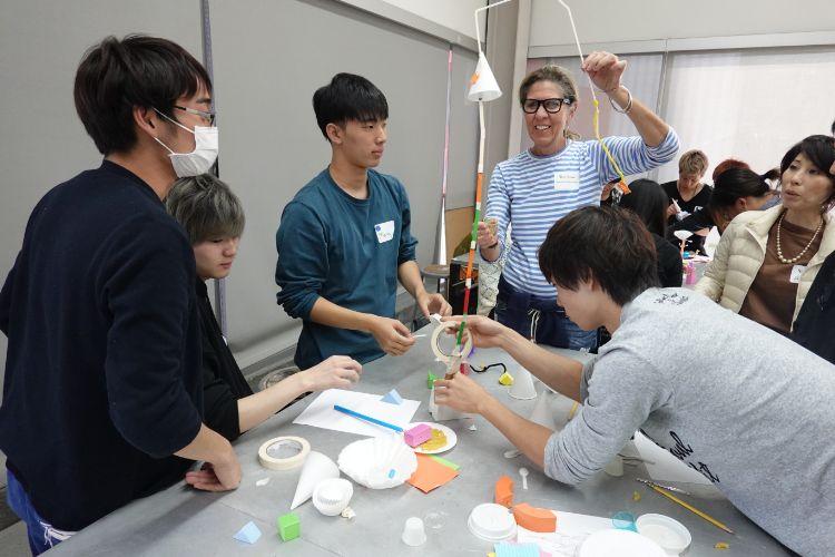 海外研修にてプロの指導を受けながら作品制作に取り組む学生たち