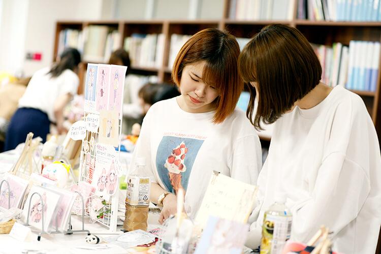 学園祭で出展を行う学生たち