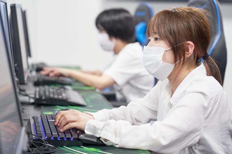 プログラミングをする学生