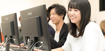 パソコンに向かって作業をする生徒